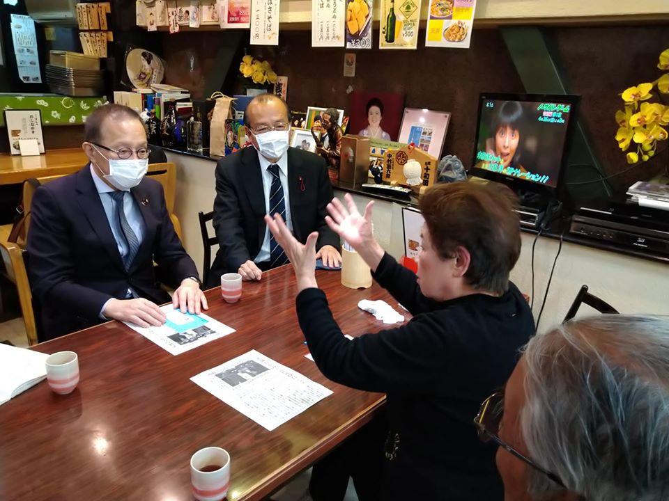 笠井亮衆議院議員と浅草おかみさん会・冨永さんが意気投合。