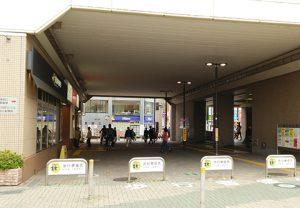 狛江駅の高架下通路の安全対策を